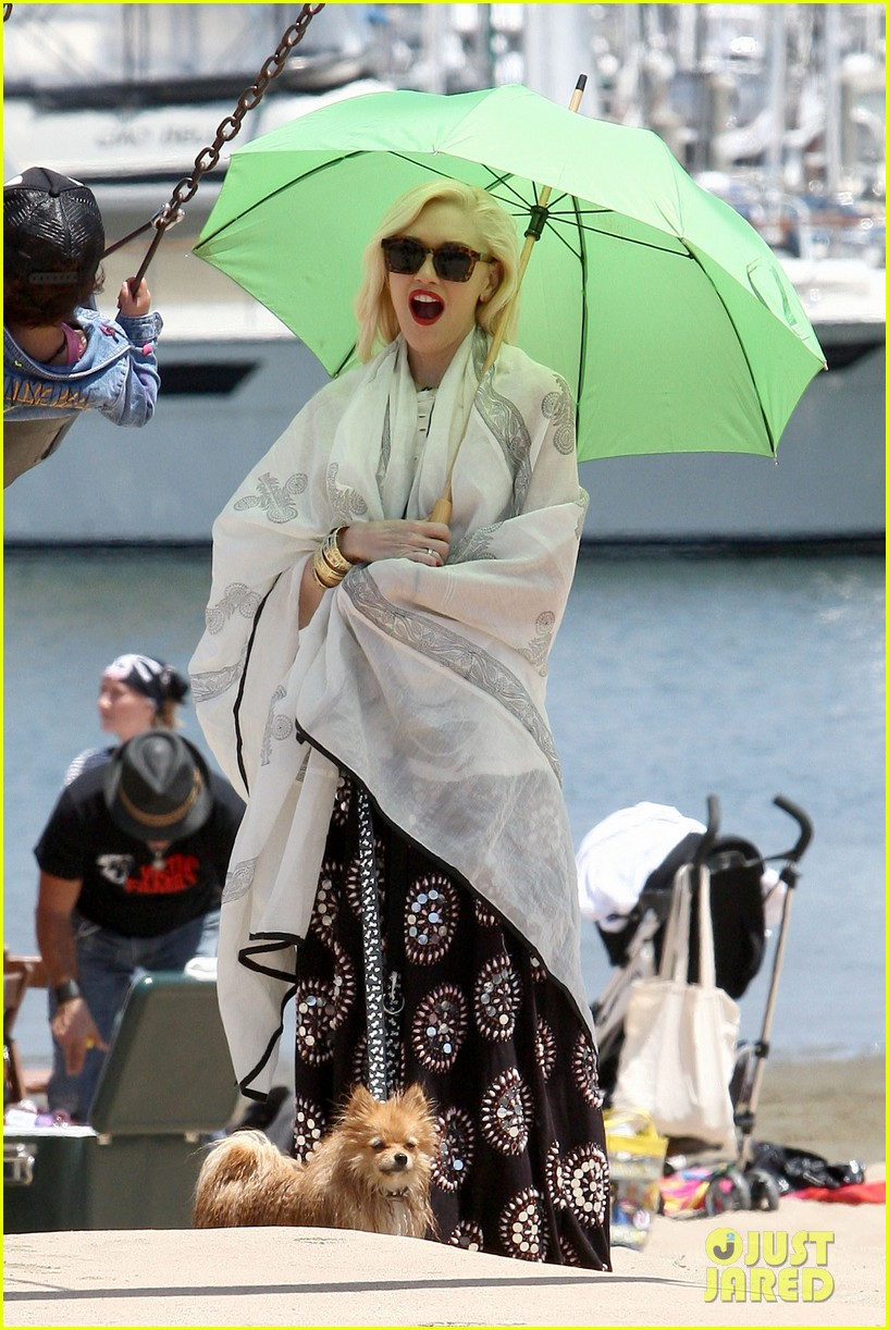 gwen stefani spends beach day with kingston zuma 072874465