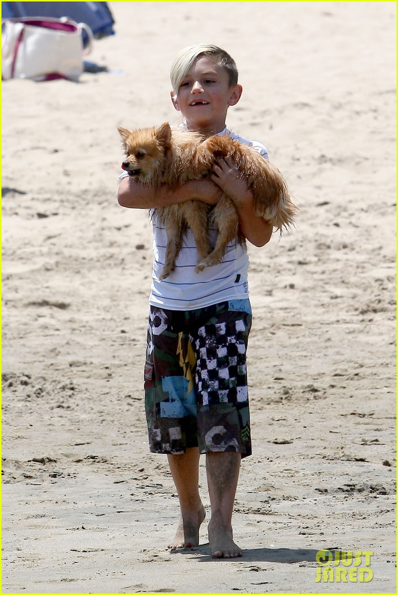 gwen stefani spends beach day with kingston zuma 112874469