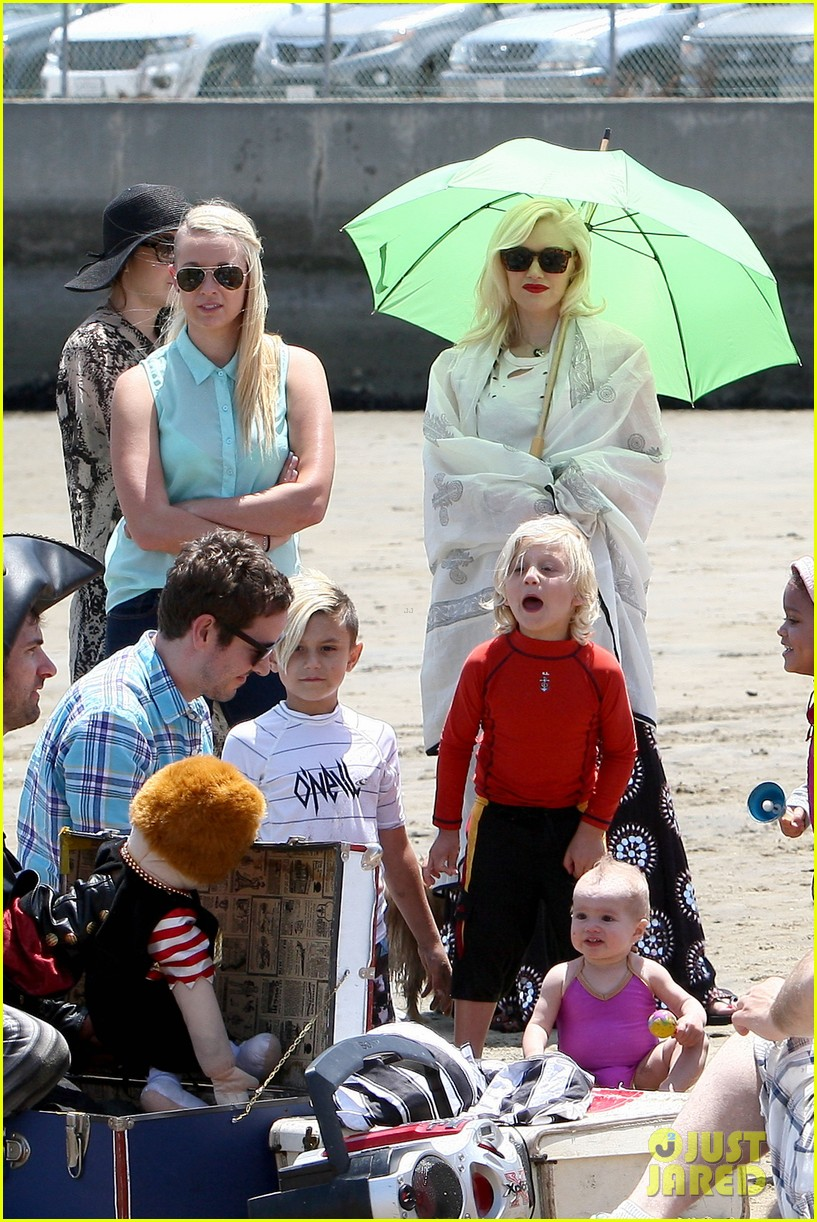 gwen stefani spends beach day with kingston zuma 202874478