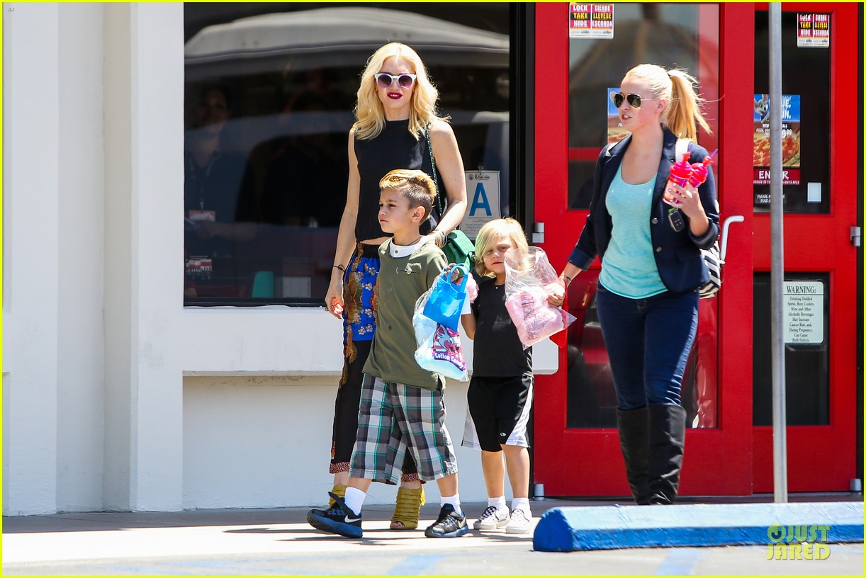 gwen stefani los angeles zoo bonding with zuma 112868833