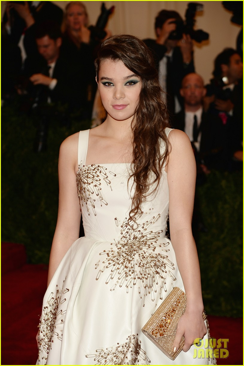 hailee steinfeld met ball 2013 red carpet 022865086