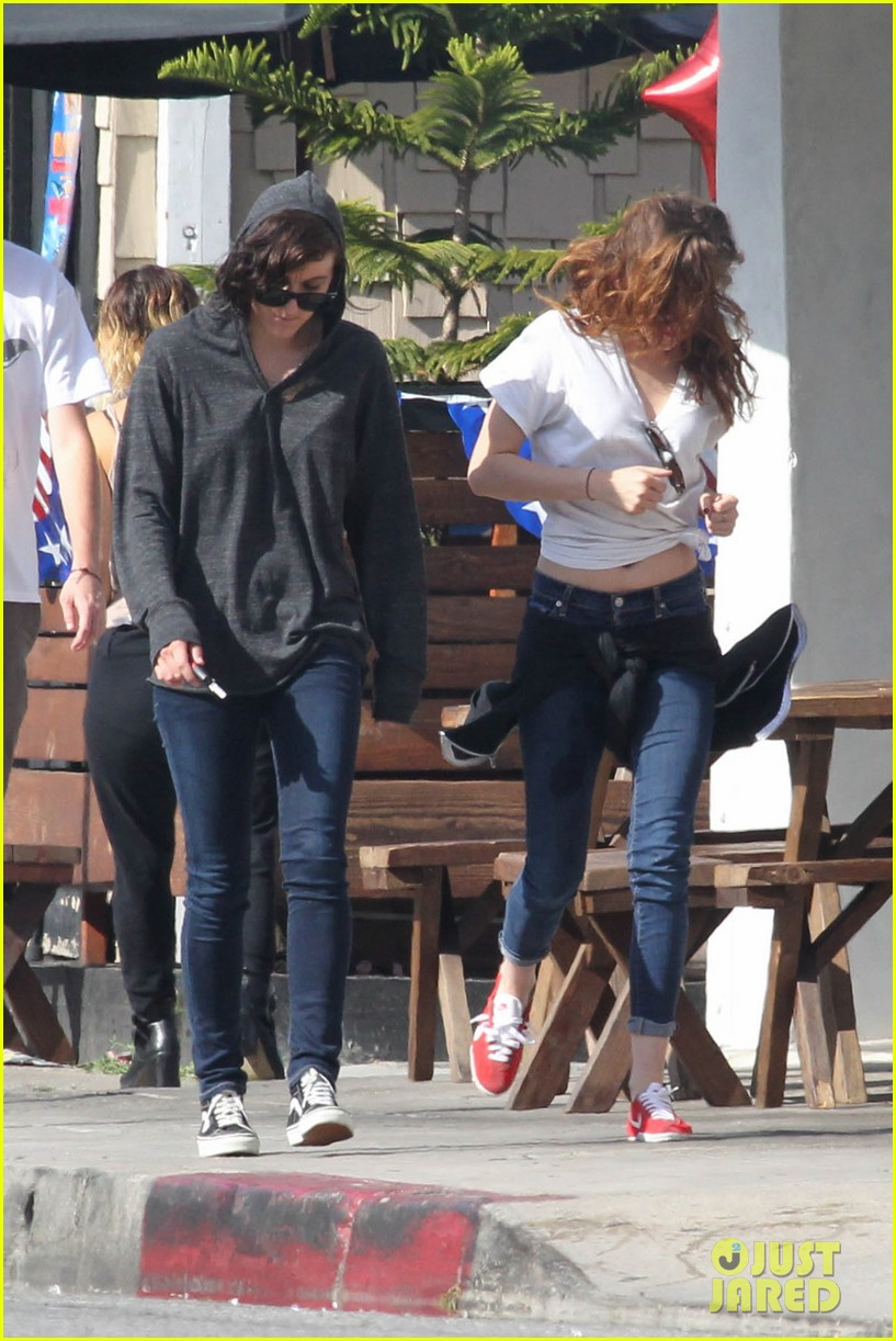 kristen stewart lunches in la with pals 22