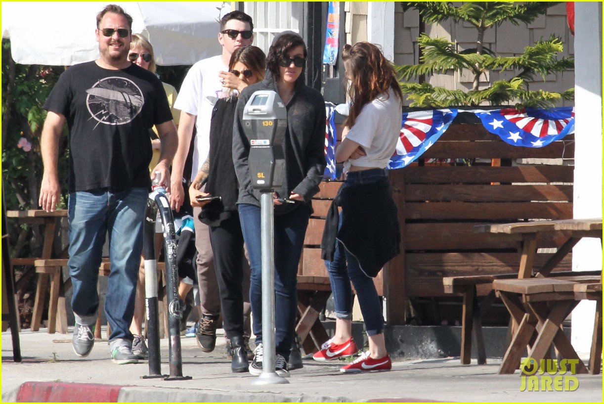 kristen stewart lunches in la with pals 28