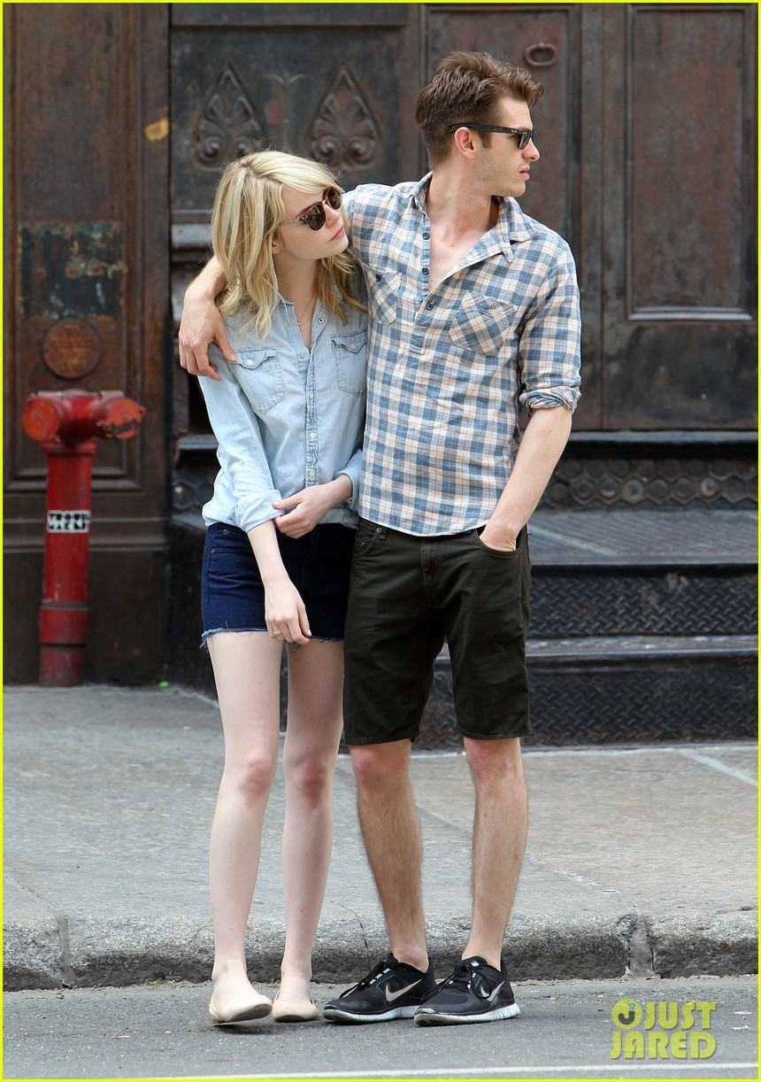emma stone andrew garfield cuddle up in nyc 07