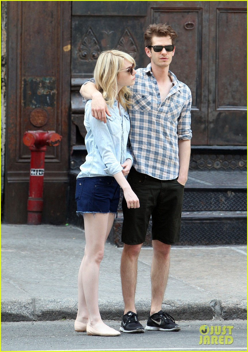 emma stone andrew garfield cuddle up in nyc 08