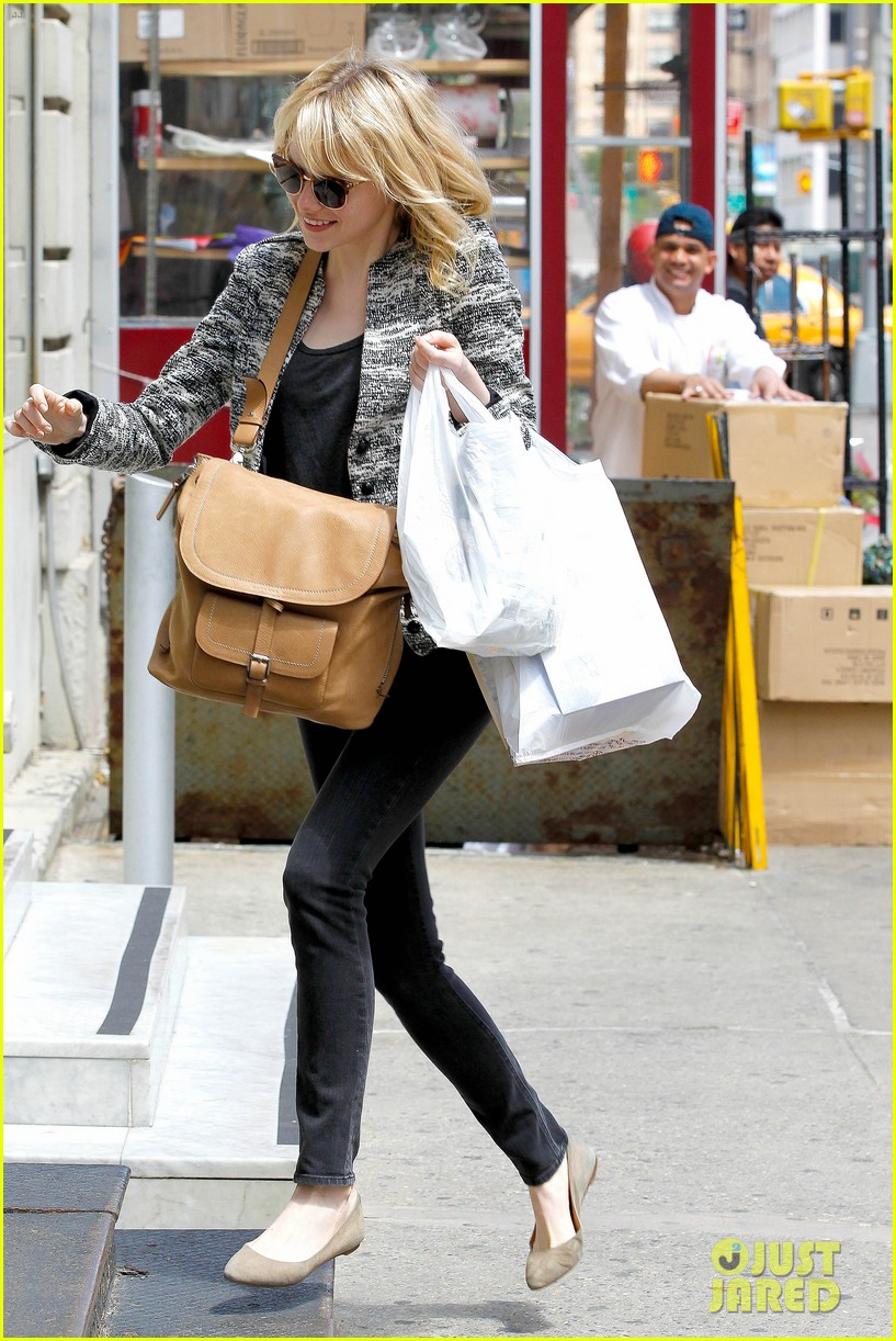 emma stone grocery gal in the big apple 05