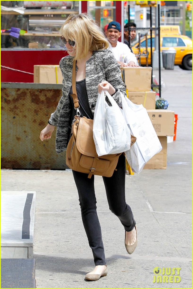 emma stone grocery gal in the big apple 10