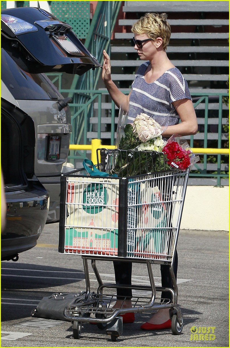 charlize theron flowers shopping at whole foods 06