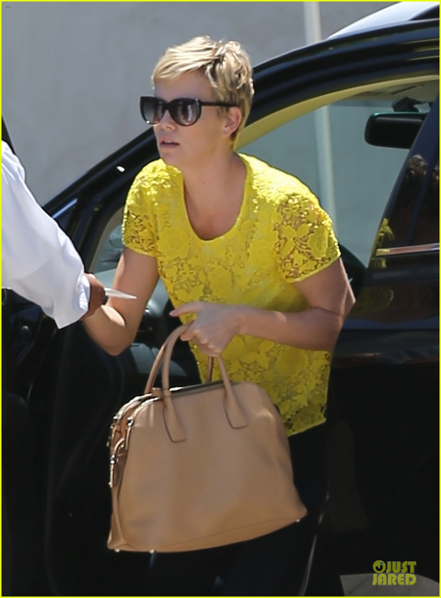 charlize theron the great gatsby showing with mom gerda 06