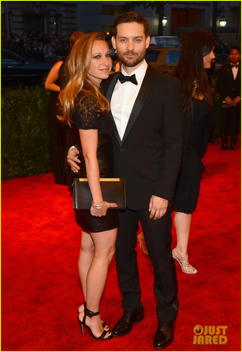 tobey maguire jennifer meyer met ball 2013 red carpet 03