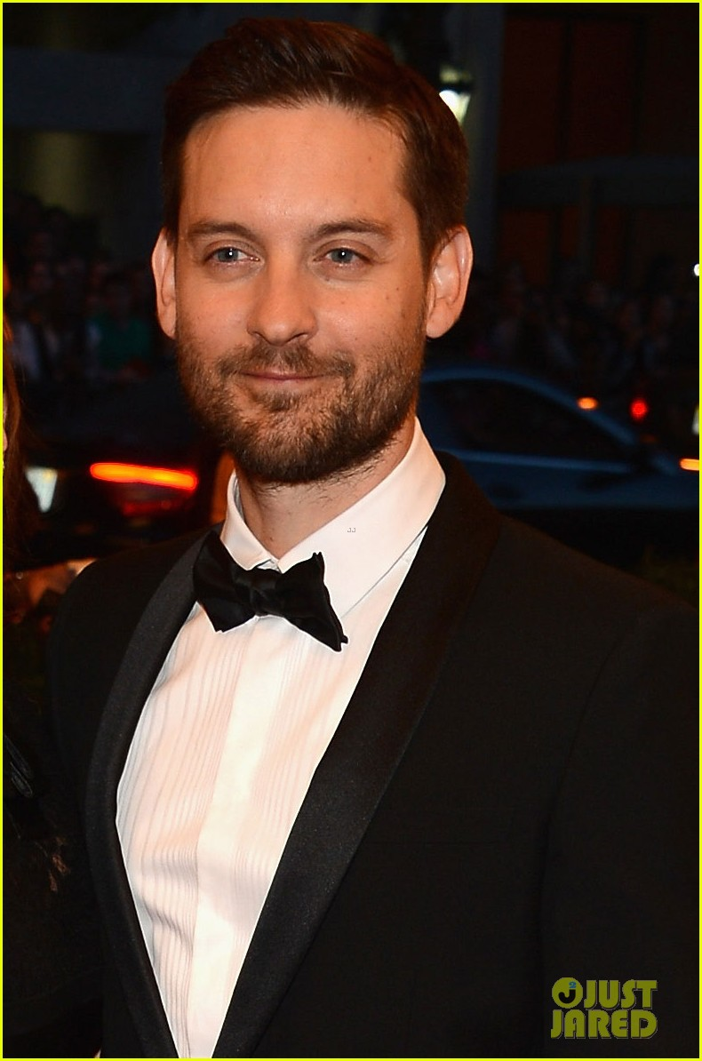 tobey maguire jennifer meyer met ball 2013 red carpet 04