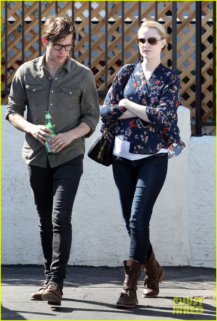 evan rachel wood covers baby bump with giant pillow 032870999