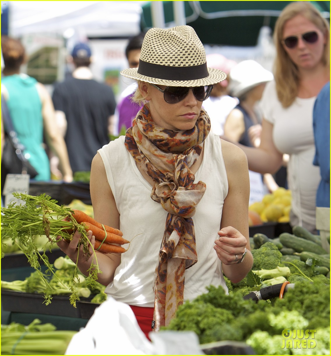 elizabeth banks farmers market visit with felix 13