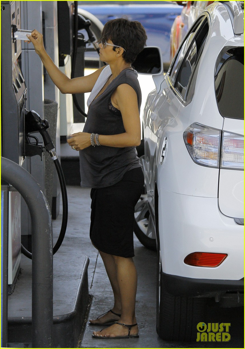 halle berry bumps at the gas station 062896719