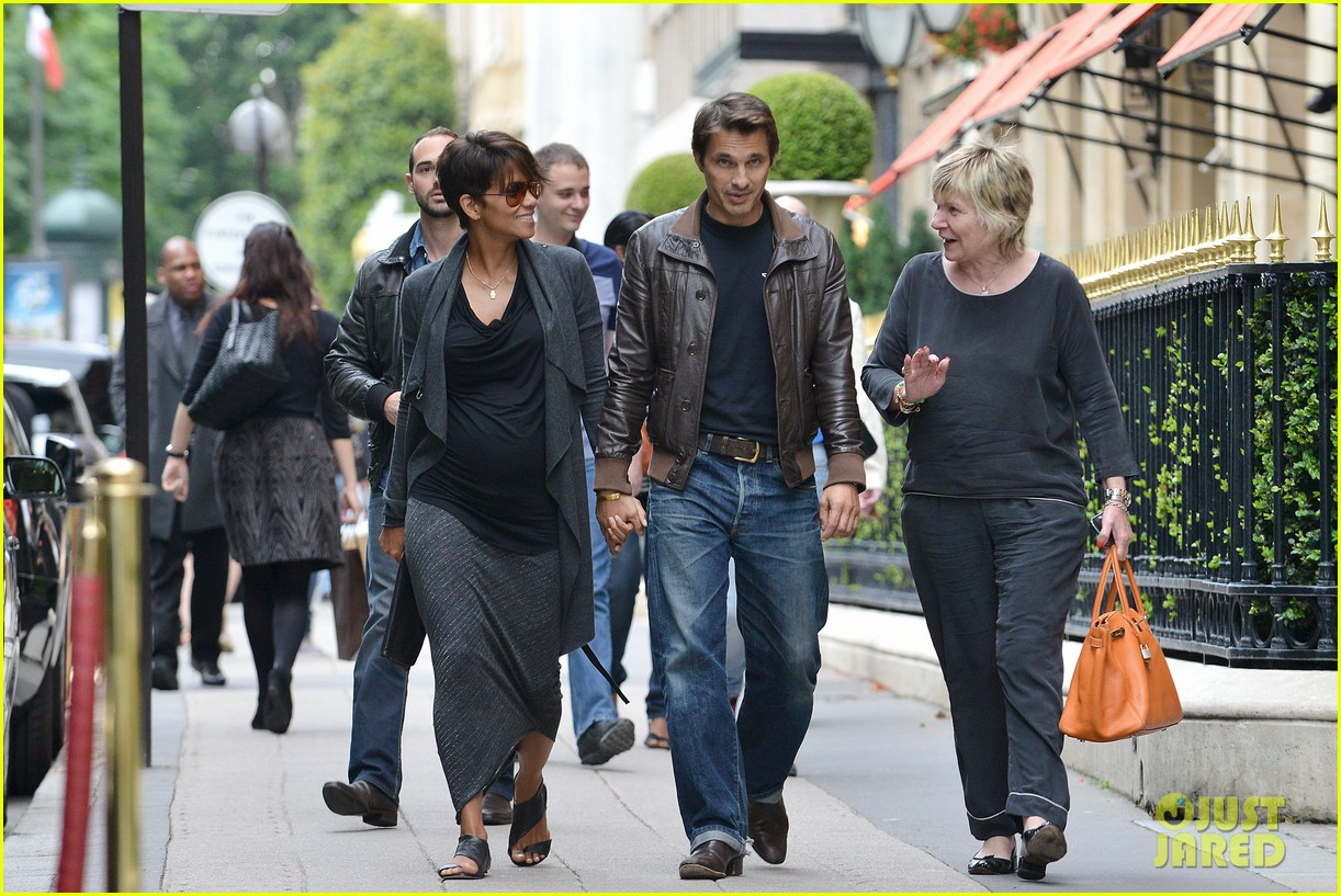 pregnant halle berry olivier martinez hold hands in paris 03