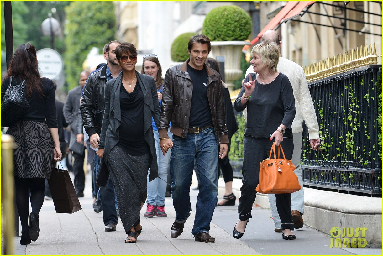 pregnant halle berry olivier martinez hold hands in paris 09