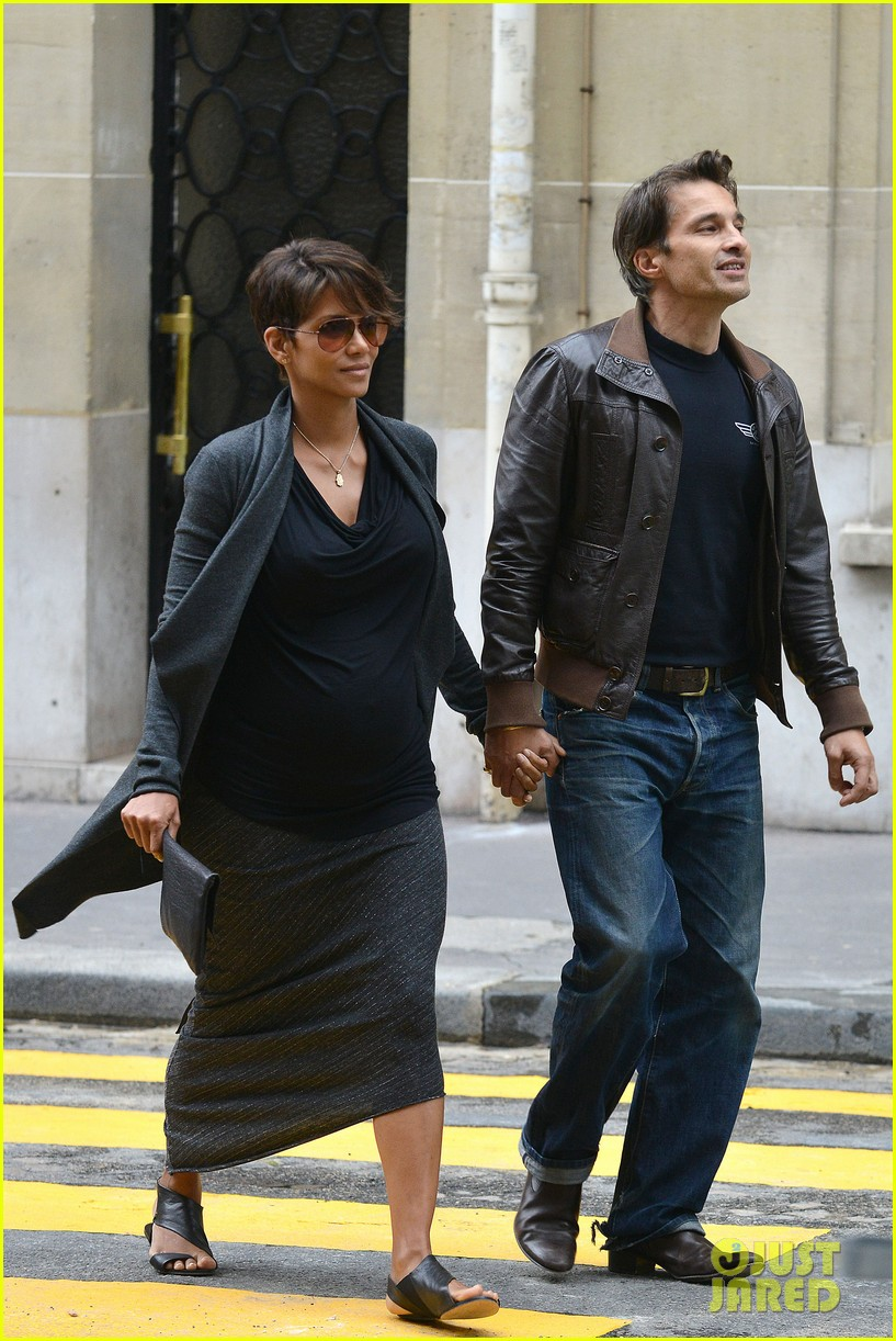 pregnant halle berry olivier martinez hold hands in paris 14