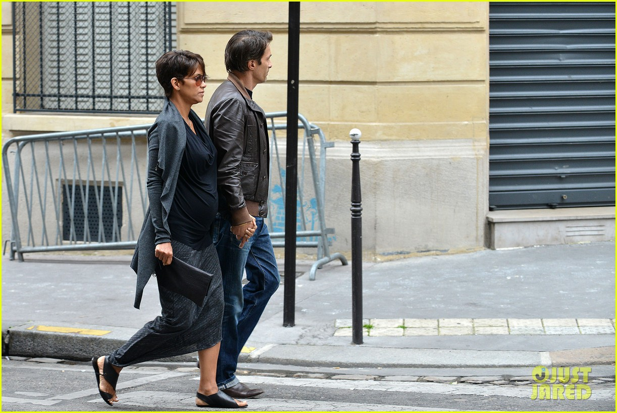 pregnant halle berry olivier martinez hold hands in paris 16