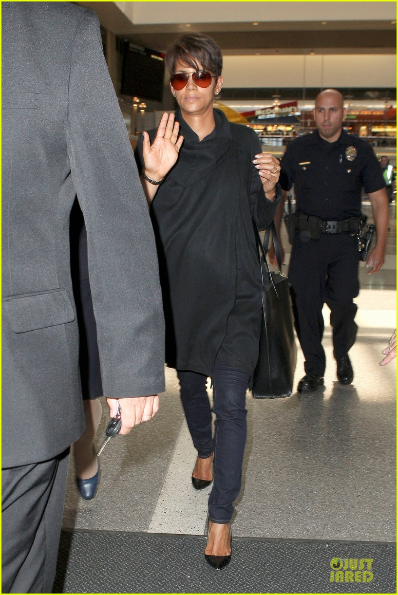halle berry lax arrival after champs elysees film festival 10