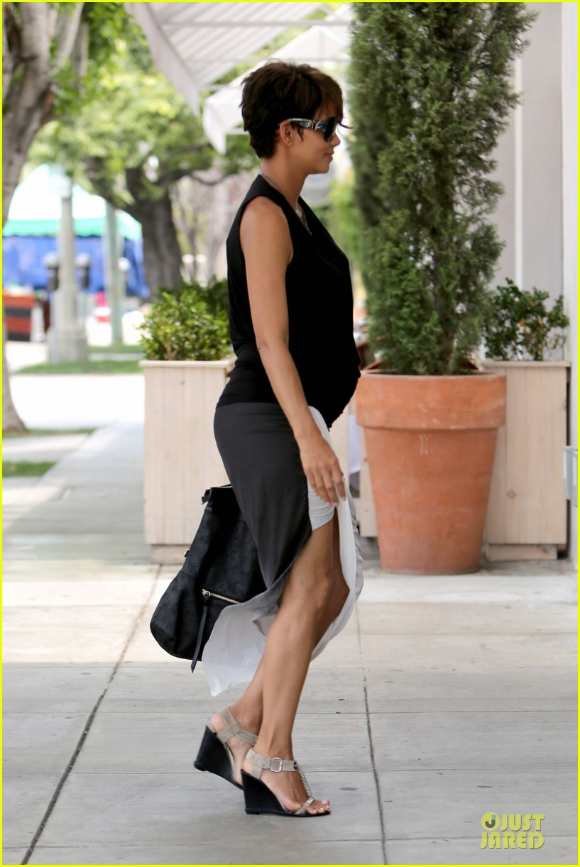 halle berry twisted legs at fig olive 05