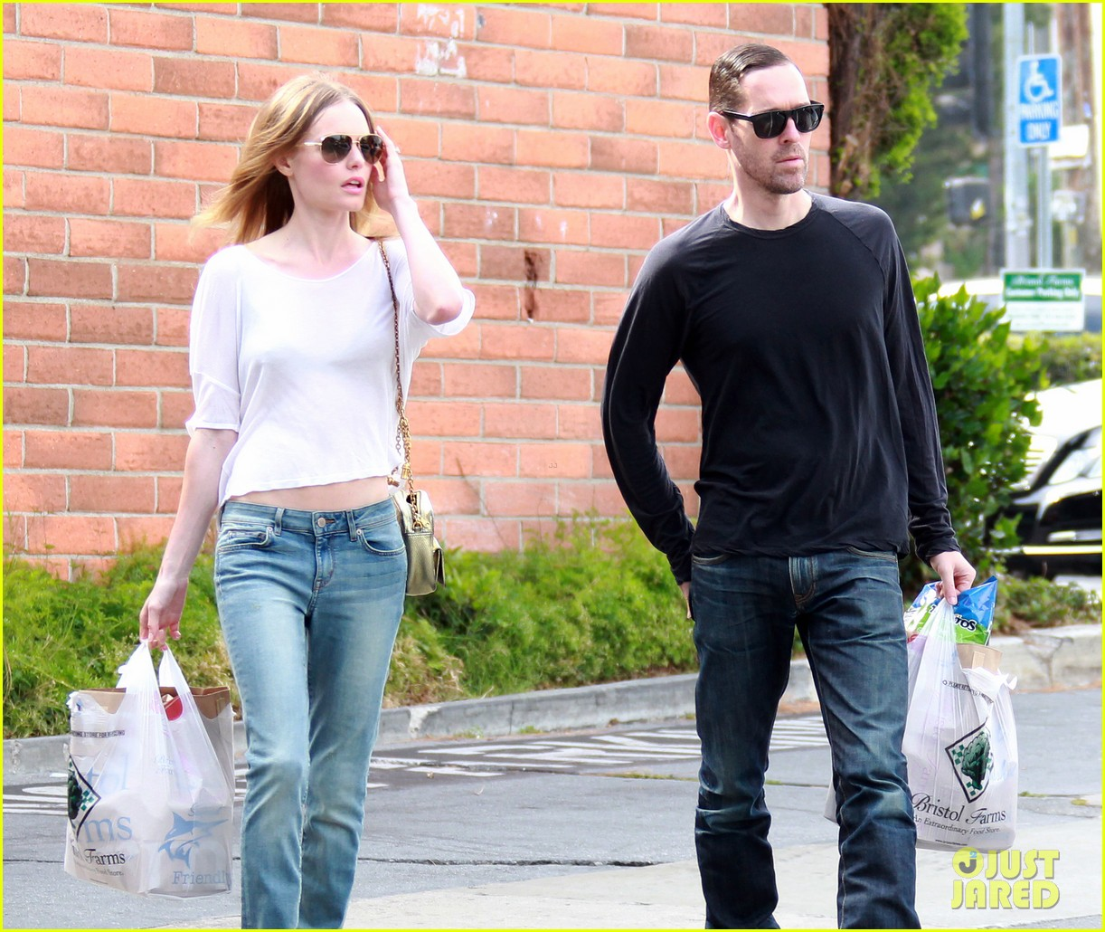 kate bosworth michael polish hold hands at bristol farms 032897350