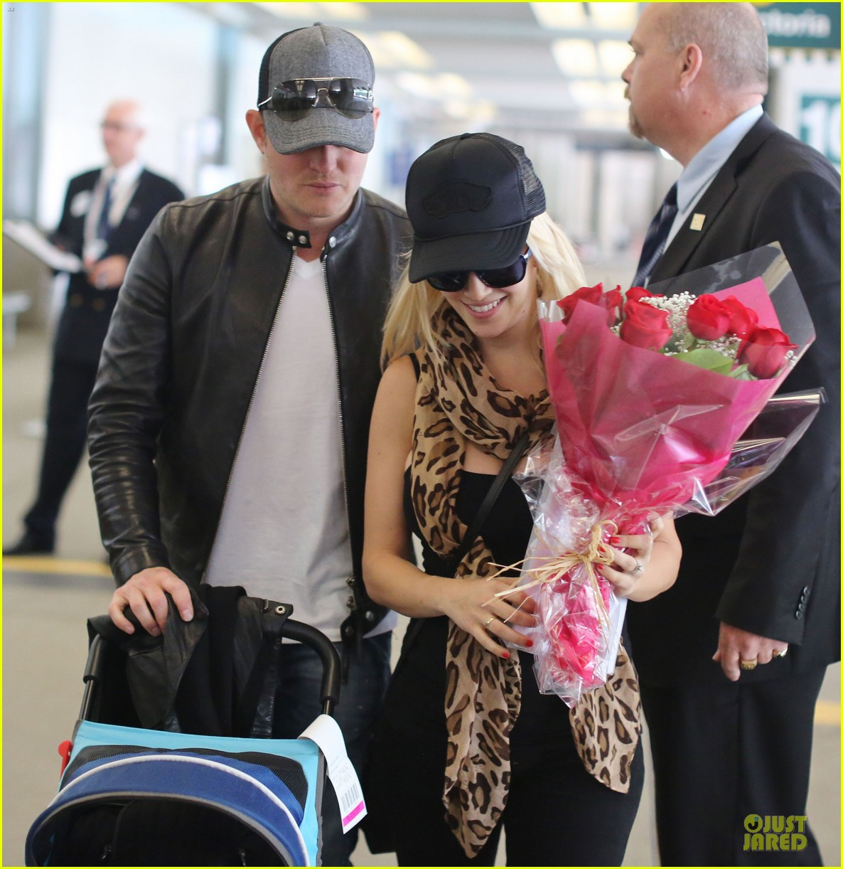 michael buble flowers for luisana lopilato arrival 04