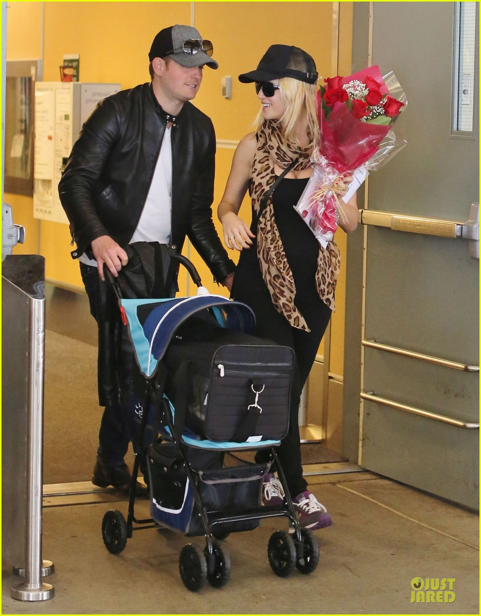 michael buble flowers for luisana lopilato arrival 05