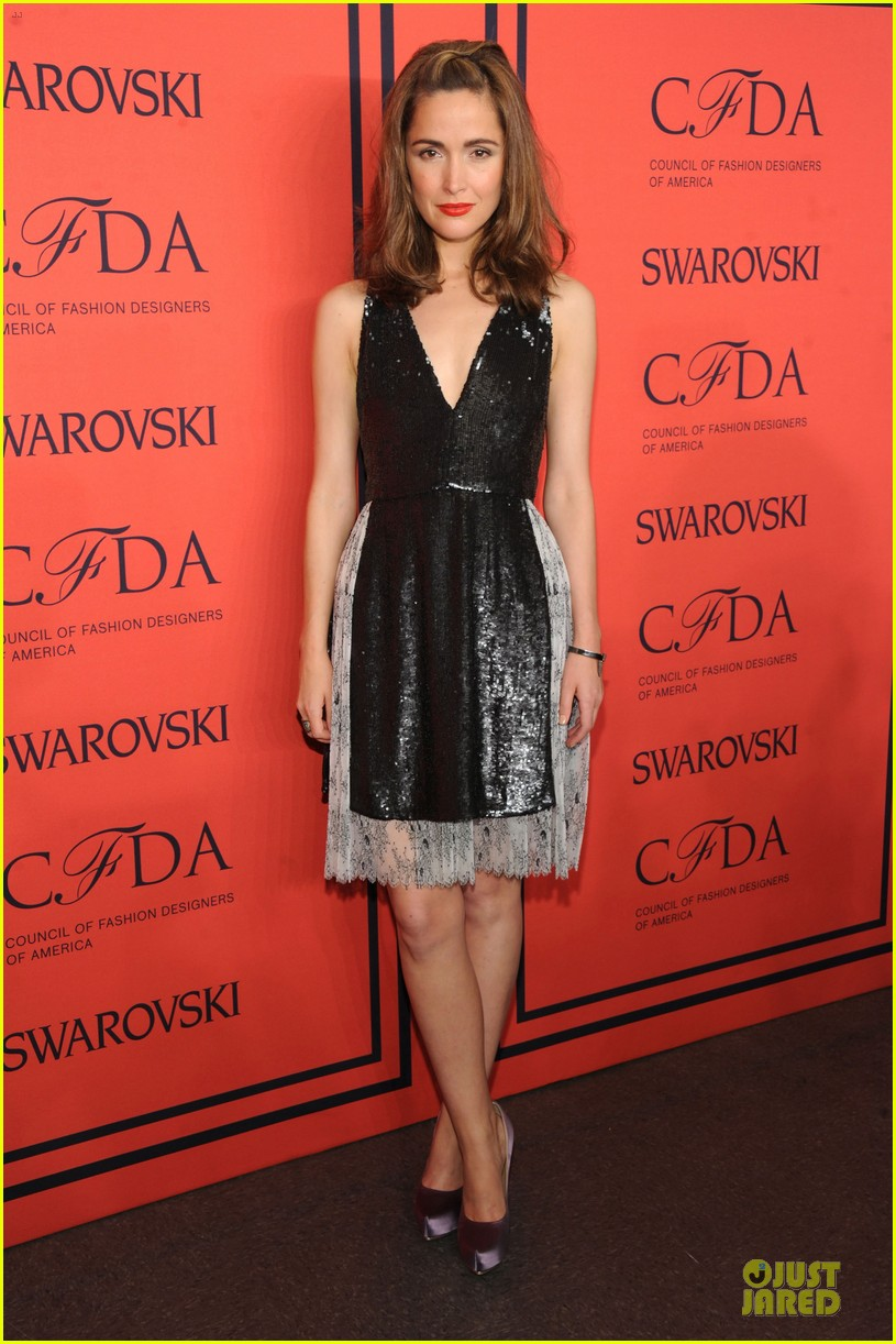 rose byrne bobby cannavale hold hands at the cfda fashion awards 2013 01
