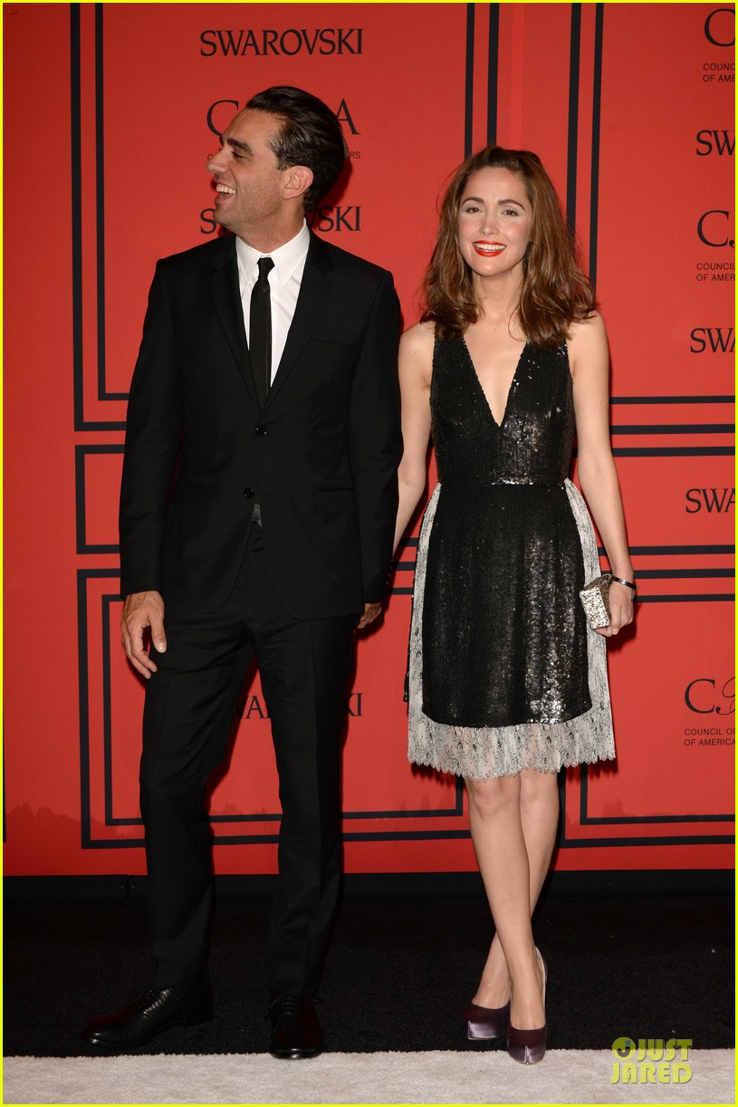 rose byrne bobby cannavale hold hands at the cfda fashion awards 2013 132884020
