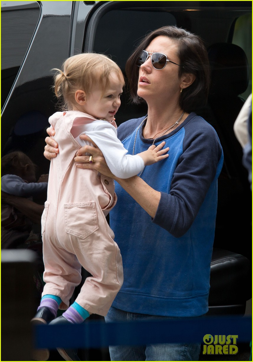 jennifer connelly paul bettany lax arrivial with the kids 11