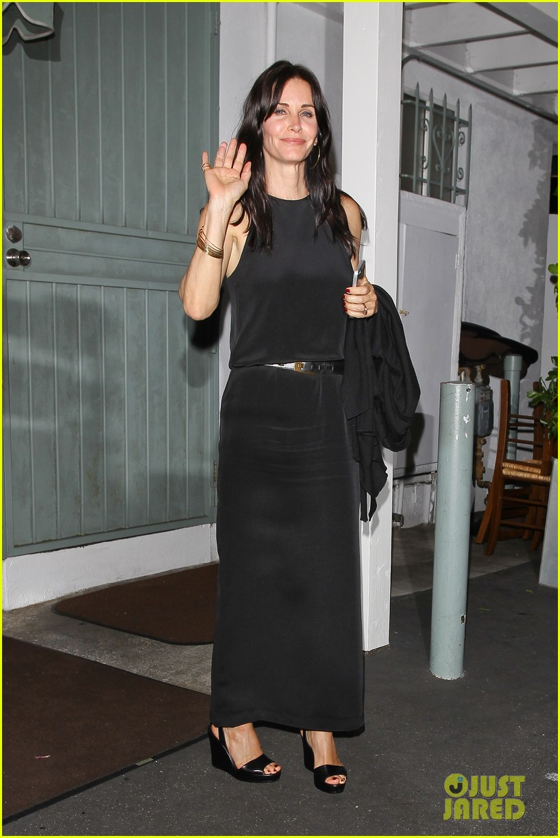 courteney cox celebrates her birthday with isla fisher laura dern 01
