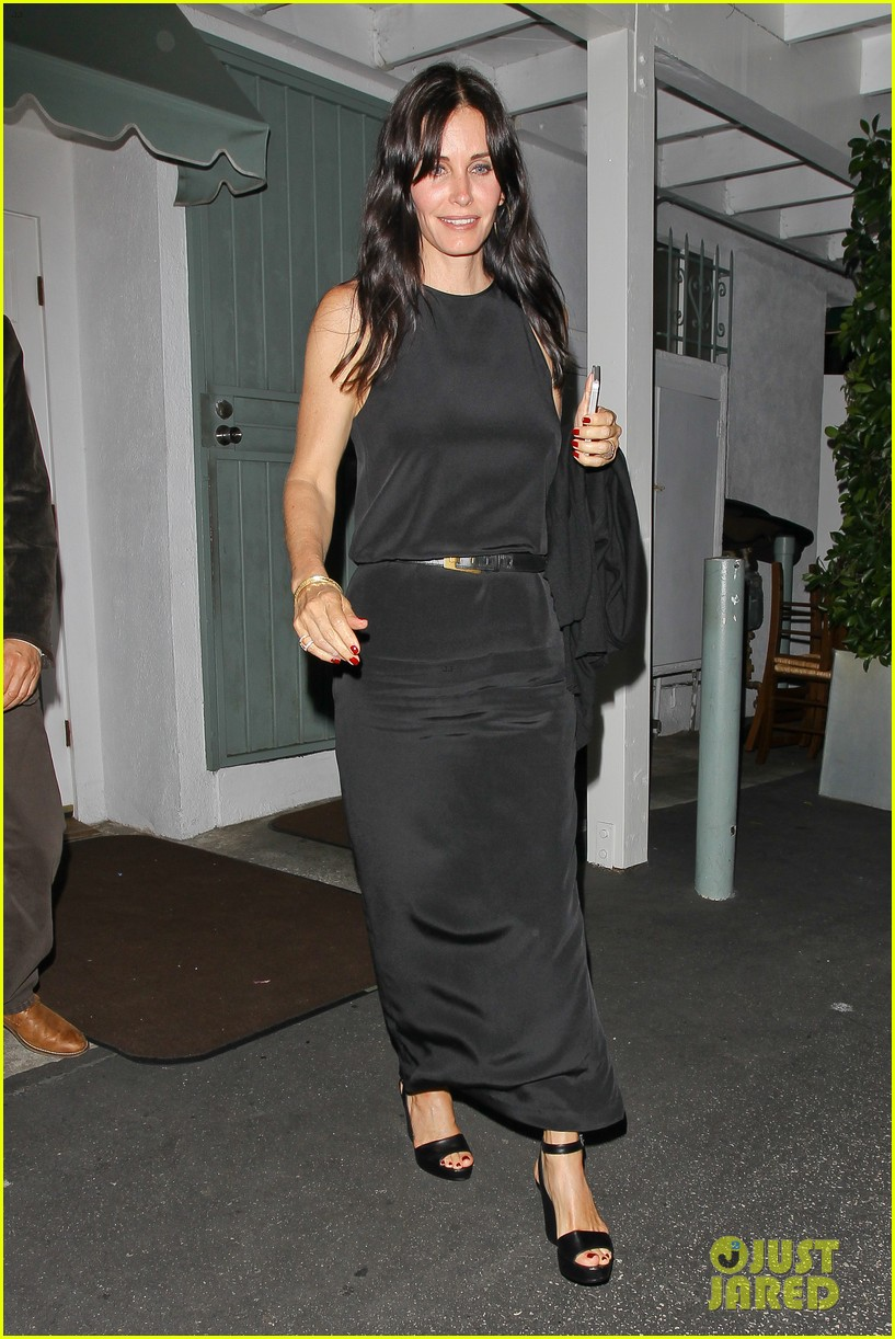 courteney cox celebrates her birthday with isla fisher laura dern 252892390
