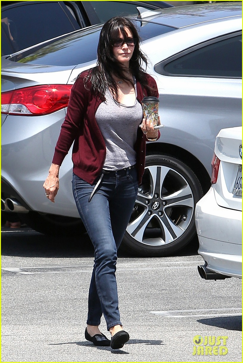 courteney cox shops for pet supplies at kahoots 05