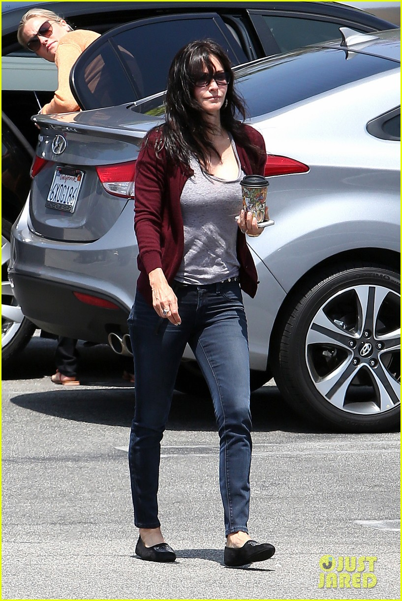 courteney cox shops for pet supplies at kahoots 09