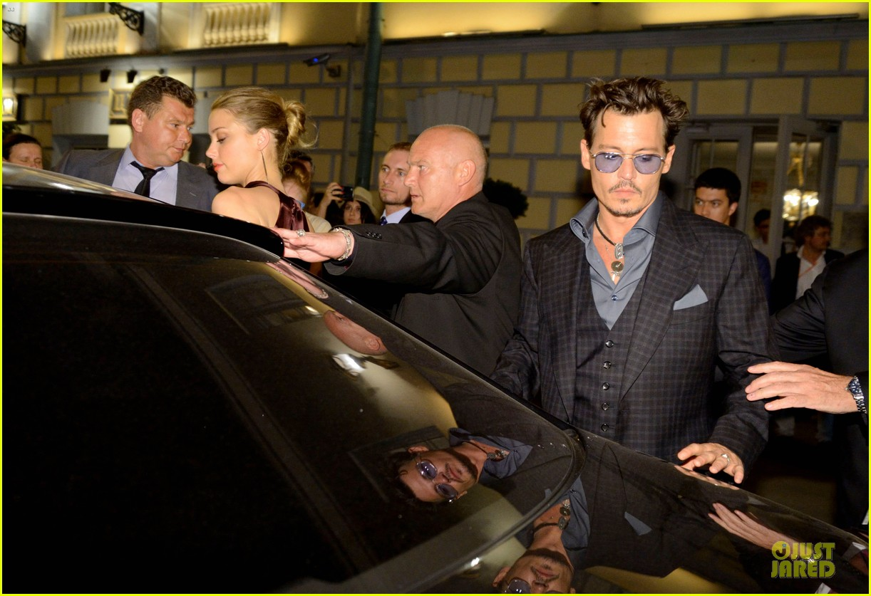johnny depp amber heard hold hands after lone ranger premiere 08