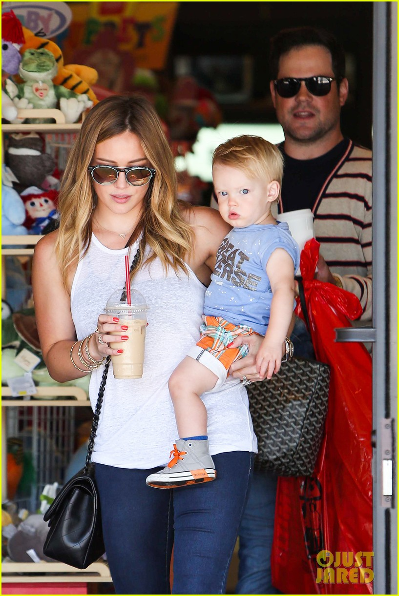 hilary duff fathers day weekend mike comrie baby luca 012892668