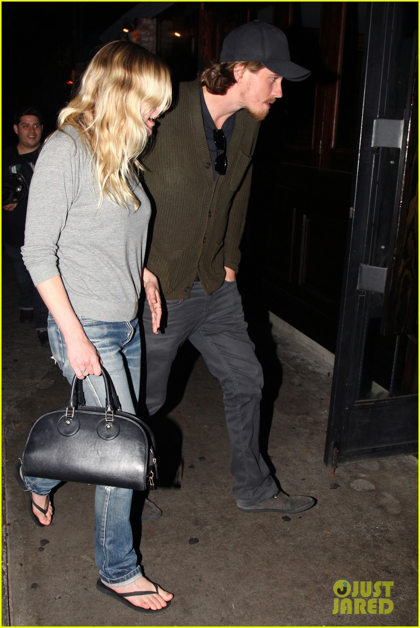 kirsten dunst garrett hedlund vermont kitchen couple 052889715