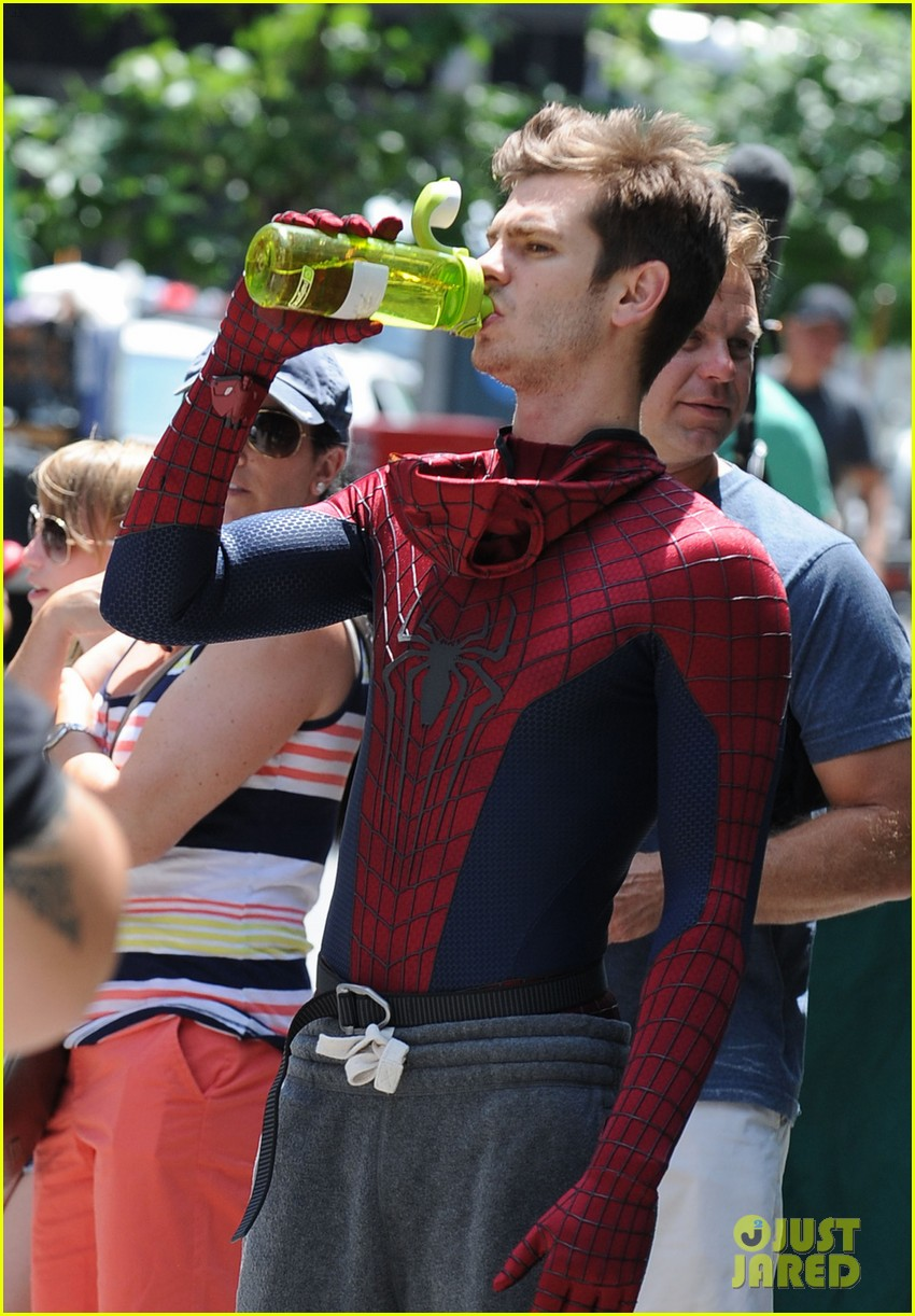 andrew garfield plays with kids on amazing spider man 2 set 06