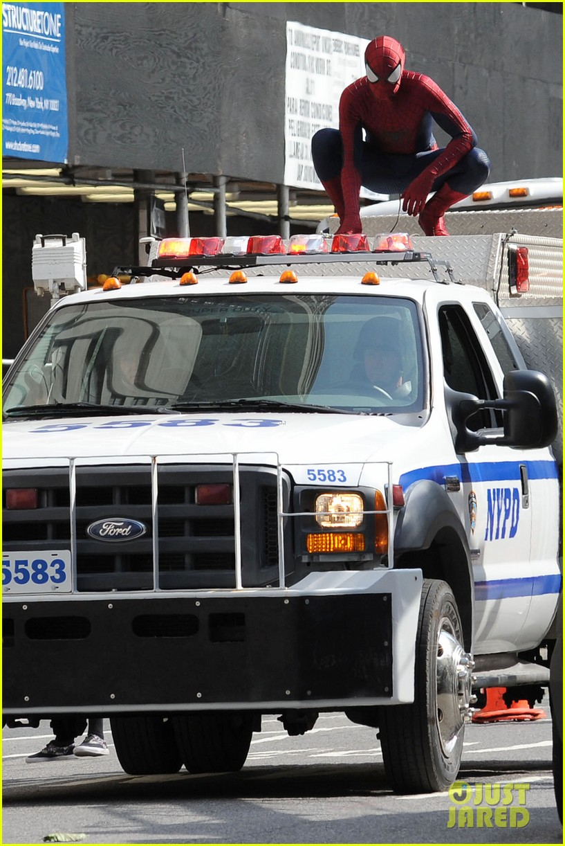 andrew garfield plays with kids on amazing spider man 2 set 18