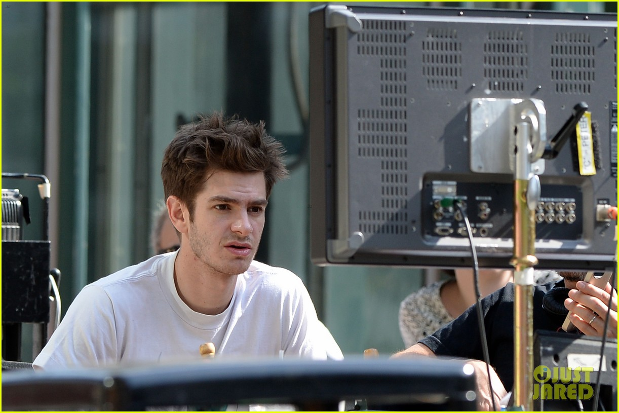 andrew garfield plays with kids on amazing spider man 2 set 26