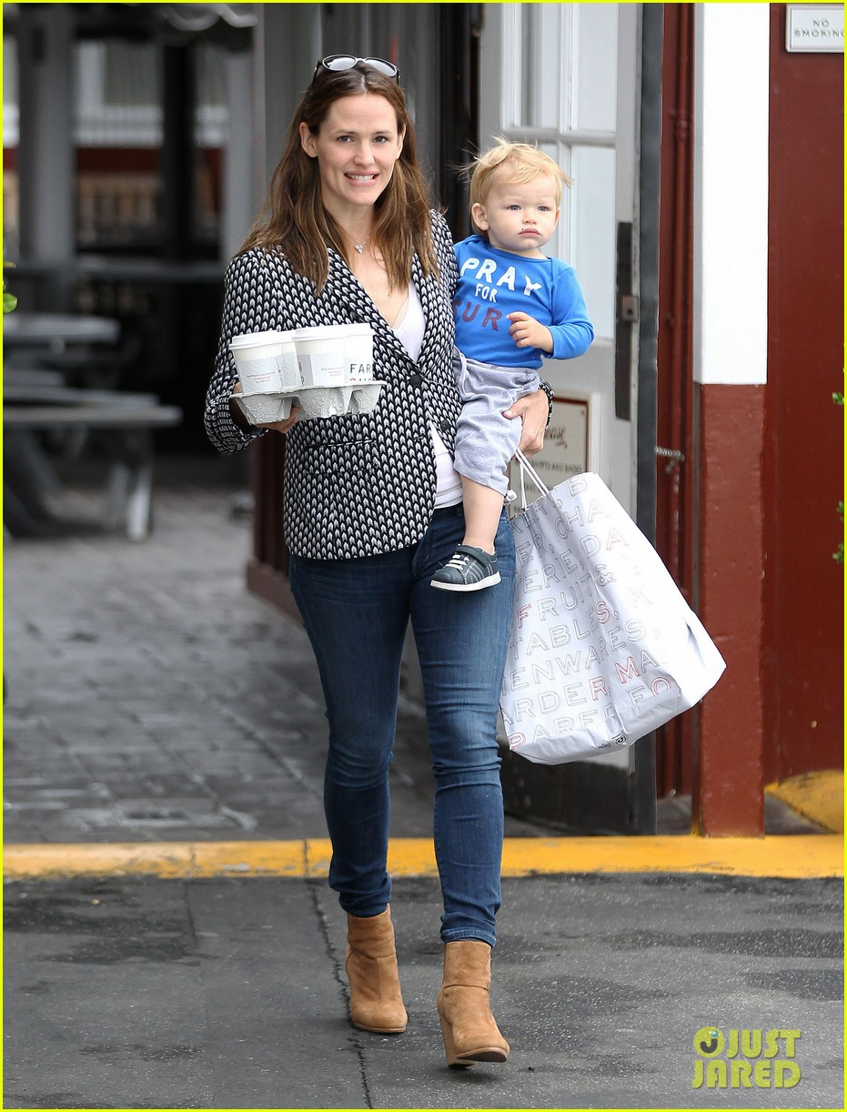jennifer garner carries samuel four coffees 082885833