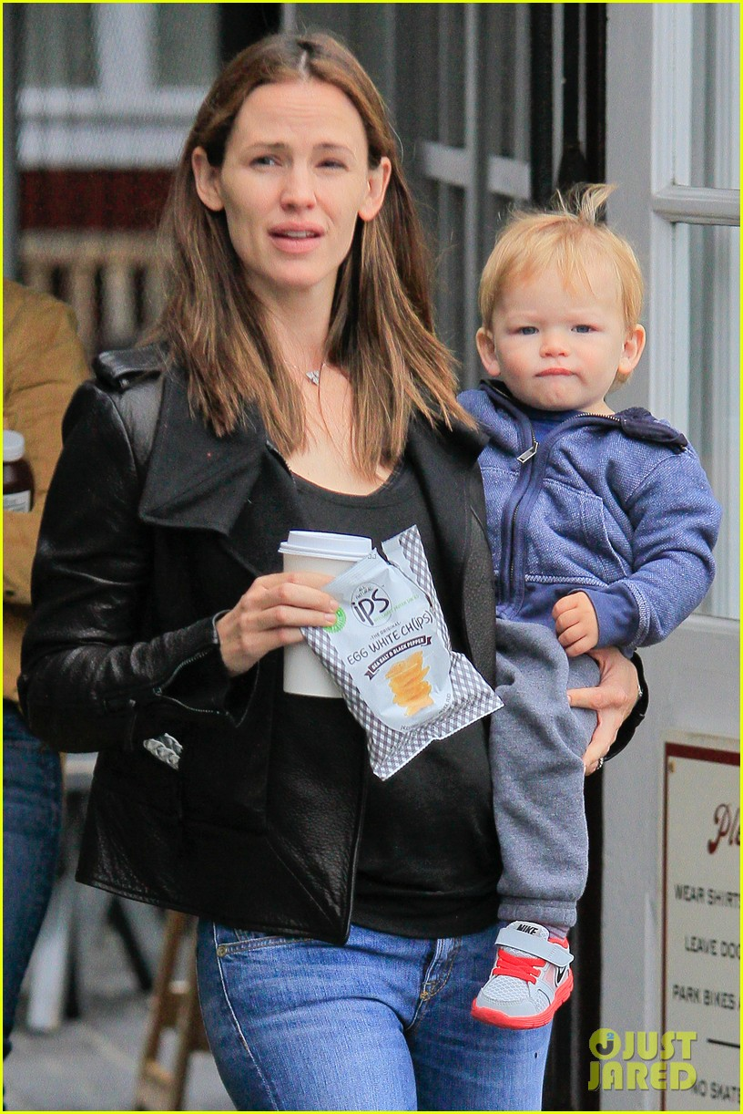 jennifer garner brentwood country mart stop with samuel 06