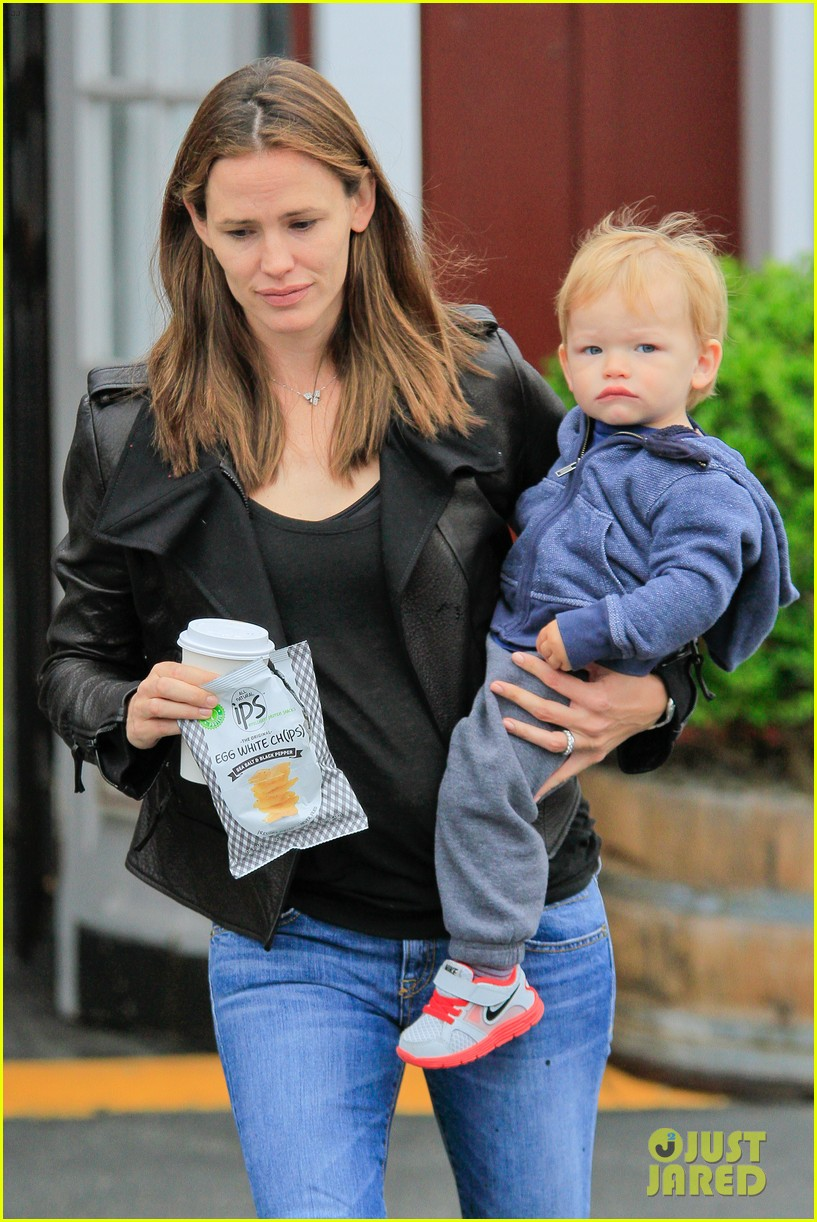 jennifer garner brentwood country mart stop with samuel 082886102