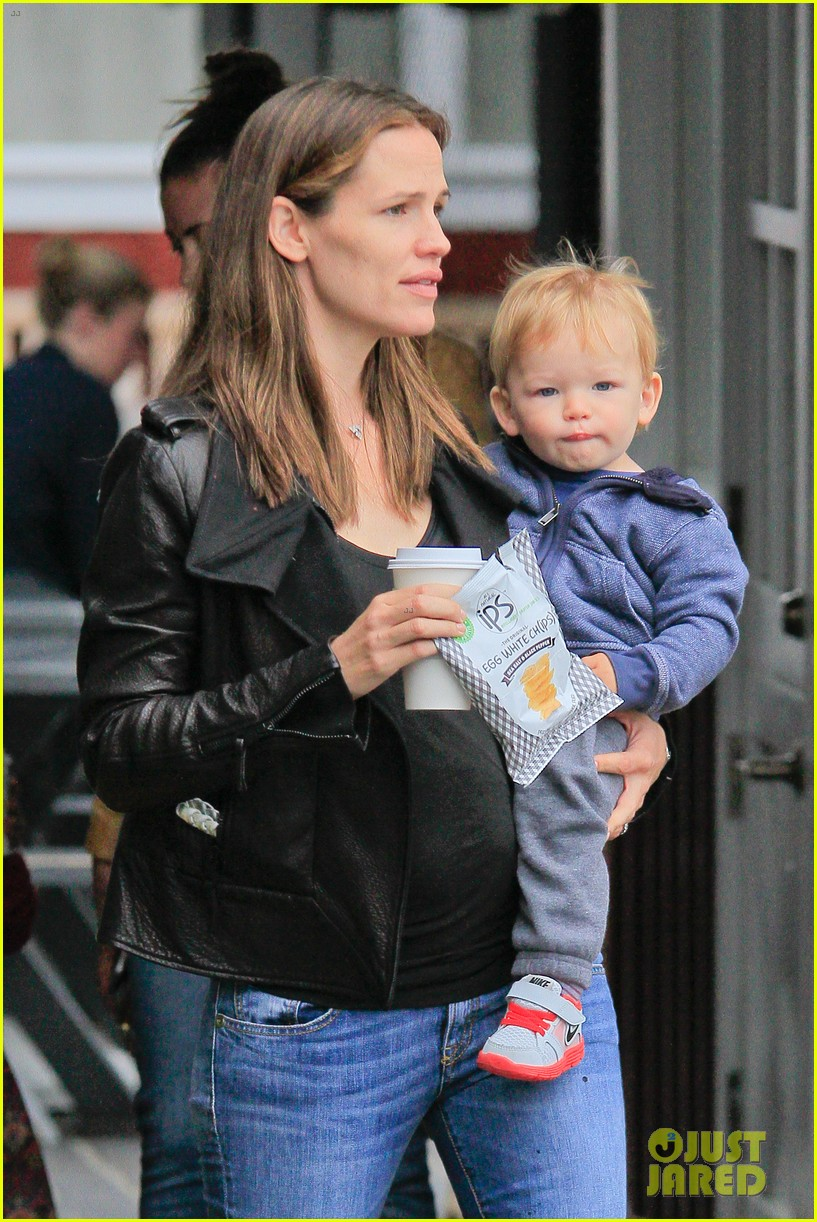 jennifer garner brentwood country mart stop with samuel 10