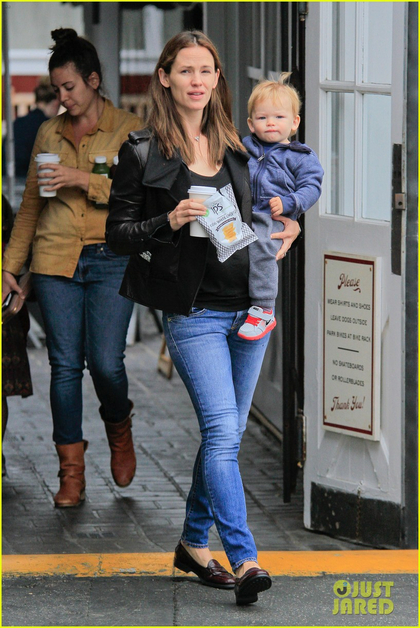 jennifer garner brentwood country mart stop with samuel 11