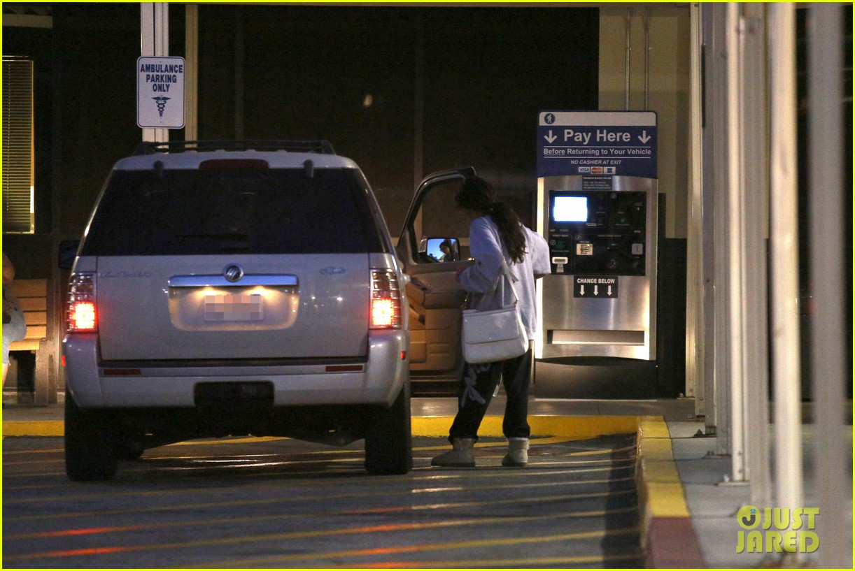 selena gomez visits new baby sister in the hospital 07