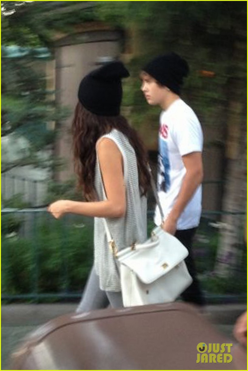 selena gomez disneyland with austin mahone 072899302