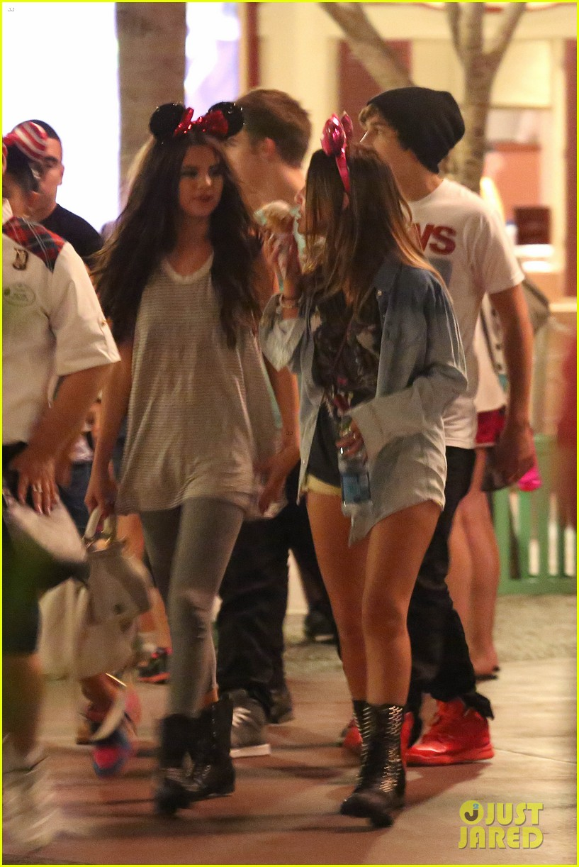 selena gomez disneyland with austin mahone 16