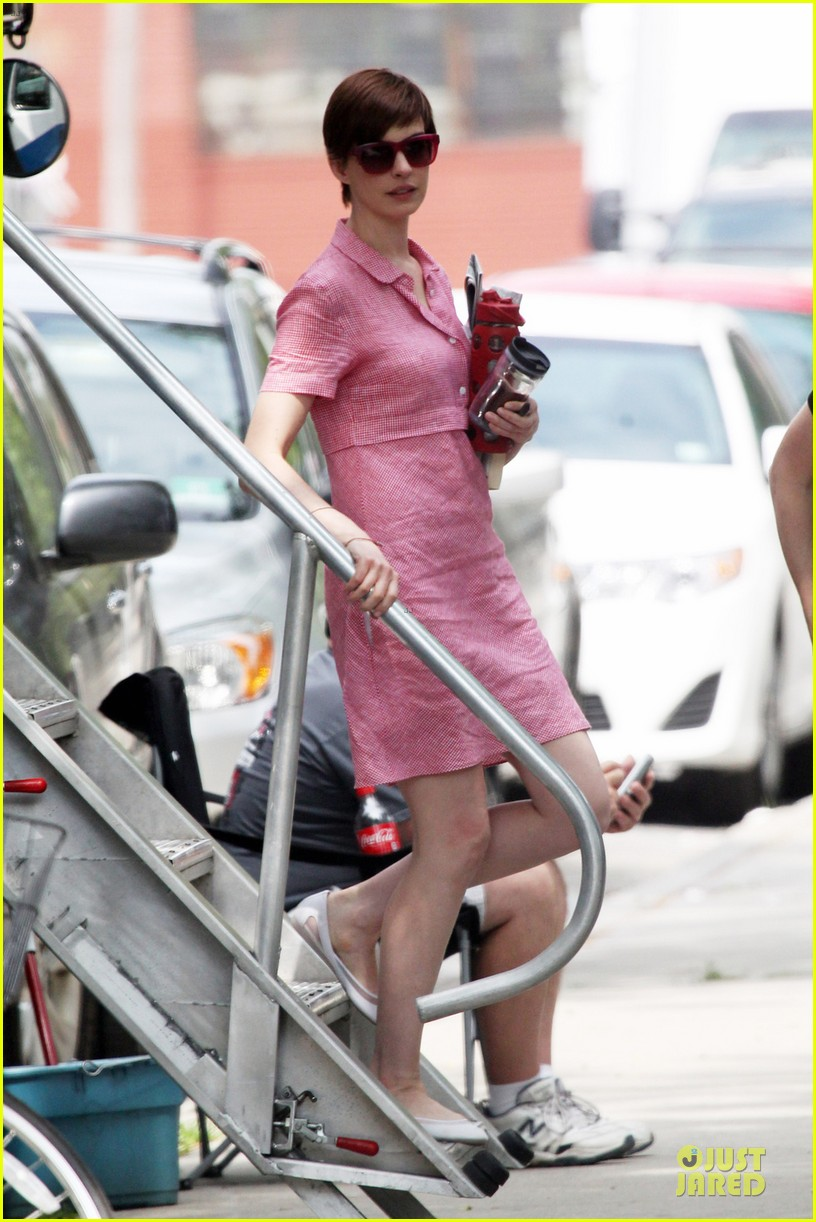 anne hathaway pink book carrier on song one set 01