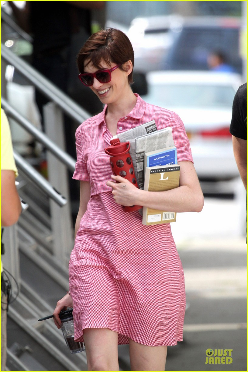 anne hathaway pink book carrier on song one set 042899251